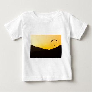 パラグライダー日没 ベビーTシャツ