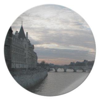 パリの美しい日没のスタイリッシュなプレート プレート