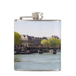 パリ、フランスの川のセーヌ河エッフェル塔の眺め フラスク