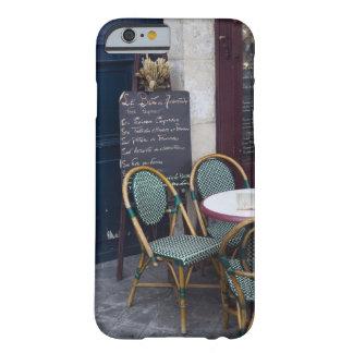 パリ、フランスの杖椅子が付いているカフェのテーブル BARELY THERE iPhone 6 ケース