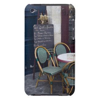 パリ、フランスの杖椅子が付いているカフェのテーブル Case-Mate iPod TOUCH ケース