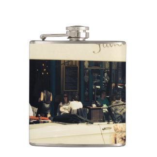 パリ、フランスのCHez Julienの絵のようなカフェ フラスク