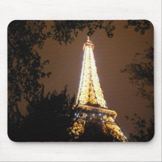 パリ、夜のフランスのエッフェル塔 マウスパッド