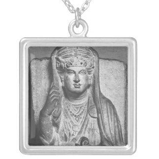パルミラ遺跡からの女性の葬式のレリーフ、浮き彫り、 シルバープレートネックレス