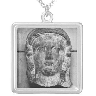 パルミラ遺跡、中間第2世紀の広告からの女性の頭部 シルバープレートネックレス