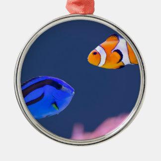 パレットのsurgeonfishおよびピエロの魚の水泳 メタルオーナメント