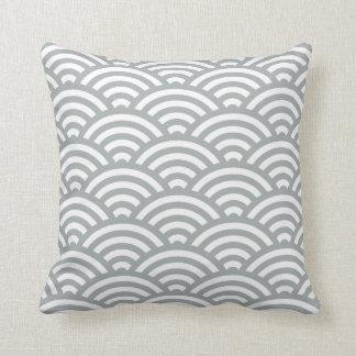 パロマの灰色の波の幾何学的な枕 クッション