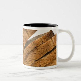 パンのスライスされた塊 ツートーンマグカップ