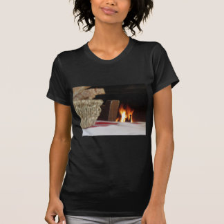 パンのバスケットが付いている非常に熱い暖炉 Tシャツ