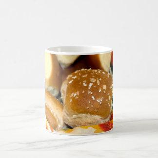 パンのバスケットの白およびムギの夕食ロール コーヒーマグカップ