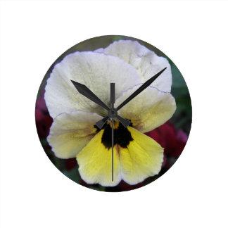 パンジーの白くおよび黄色の柱時計 ラウンド壁時計