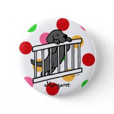 パーソナライズされたで黒いラブラドルの子犬の漫画 ピンバッジ