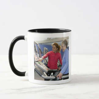パーソナルトレーナーはaの年長の女性を救済します マグカップ