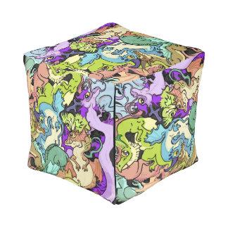 パーティのドラゴンの立方体で詰められる プーフ