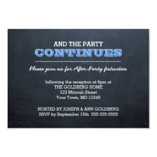 パーティの招待状の後の黒板の青 カード