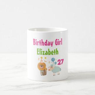 パーティーのライオンおよび気球のヒツジを持つ誕生日の女の子 コーヒーマグカップ