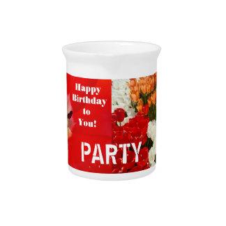 パーティーの水差しの赤いチューリップによってはハッピーバースデーが開花します ピッチャー