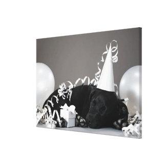パーティーの装飾で眠っている子犬 キャンバスプリント