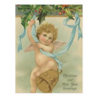 ヒイラギからつるすヴィンテージのクリスマスの天使 葉書き