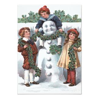 ヒイラギの花輪の雪だるまをつるしている子供 カード
