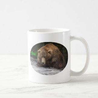 ヒグマのオーティスの魚釣り コーヒーマグカップ