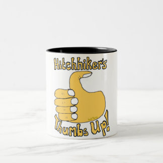ヒッチハイカーの親指はおもしろいな漫画のマグを持ち上げます ツートーンマグカップ