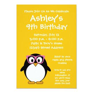 ヒップスターのペンギン-かわいい漫画の黄色のピンク 12.7 X 17.8 インビテーションカード