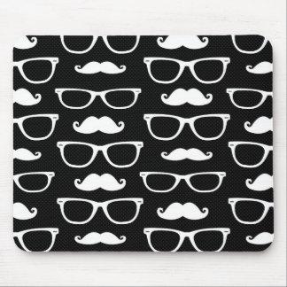 ヒップスター髭およびガラスのドット・パターンの黒 マウスパッド