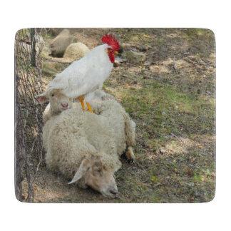 ヒツジに坐っている鶏 カッティングボード