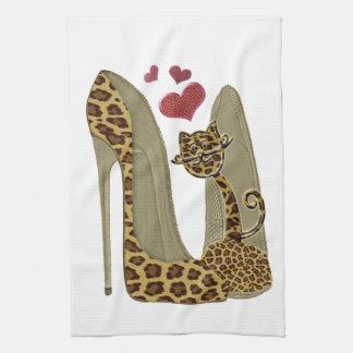 ヒョウのプリントの小剣の靴およびかわいい猫のハート キッチンタオル