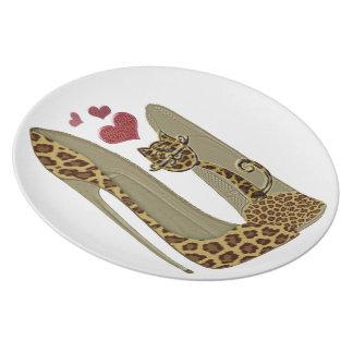 ヒョウのプリントの小剣の靴およびかわいい猫のハート プレート