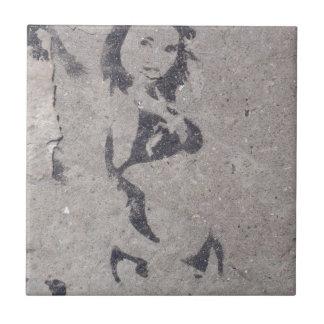 ビキニの女の子の通りの芸術 タイル