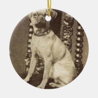 ビクトリアンなパグの子犬c1880 セラミックオーナメント
