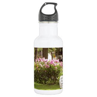 ビクトリアンな庭白の椅子のbirdbath ウォーターボトル