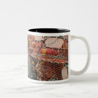 ビクトリア、プリンス・エドワード・アイランド。 カニを捕る枝編みかご ツートーンマグカップ