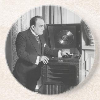 ビクトローラのブランドのレコードプレーヤーを持つエンリコ・カルーソー コースター