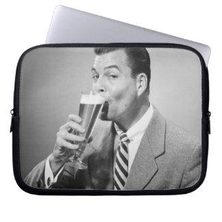 ビジネスマンの飲むビール ラップトップスリーブ