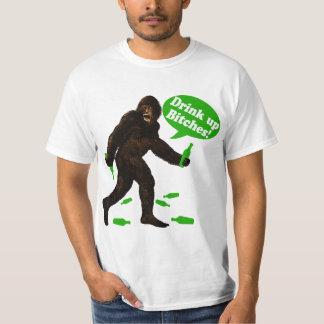 ビッグフットSt pattys dayのサスカッチの上の飲み物 Tシャツ