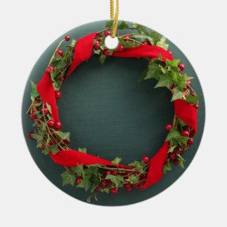 ビロードのリボンのオーナメントが付いているクリスマスのリース 陶器製丸型オーナメント