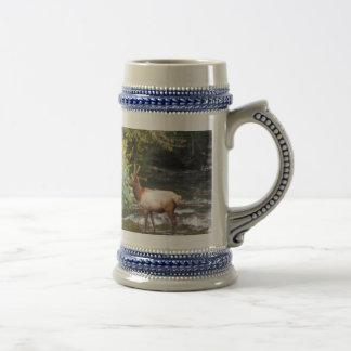 ビロードの(雄ジカの)枝角のBullの若いオオシカ、交差の入り江 ビールジョッキ