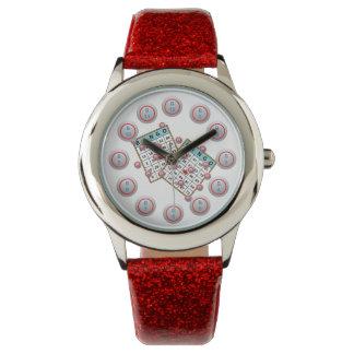 ビンゴカードおよび番号を付けられたビンゴの球の顔 腕時計