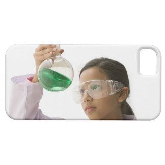 ビーカーの液体を見ているヒスパニックの女の子 iPhone SE/5/5s ケース