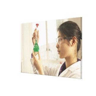 ビーカーの科学者の検査の液体 キャンバスプリント