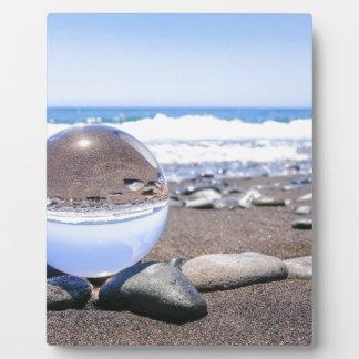 ビーチおよび海岸の石のガラス球 フォトプラーク
