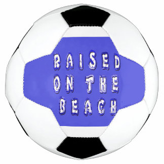 ビーチで上げられる サッカーボール