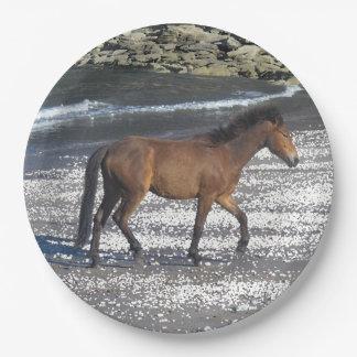 ビーチで小走りに走っているデボン南Dartmoorの子馬 ペーパープレート