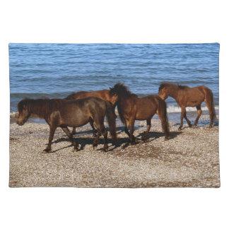 ビーチで歩いているデボン南4 Dartmoorの子馬 ランチョンマット