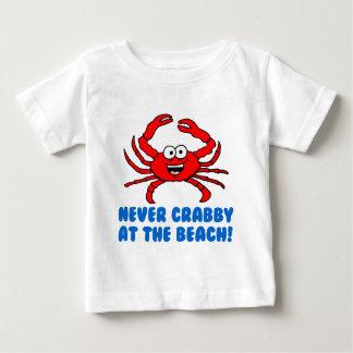 ビーチで決してCrabby ベビーTシャツ