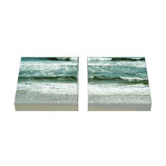 ビーチで衝突するエメラルドグリーンの波 キャンバスプリント