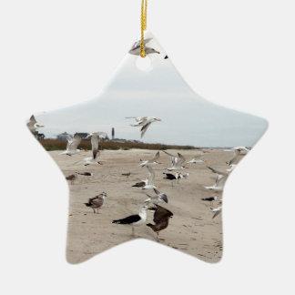 ビーチで飛び、立ち、そして食べているカモメ セラミックオーナメント